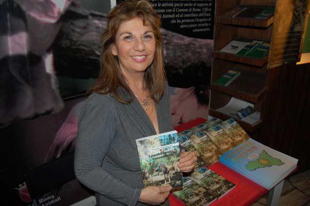Amelia Impellizzeri, la scrittrice degli animali, con uno dei suoi libri